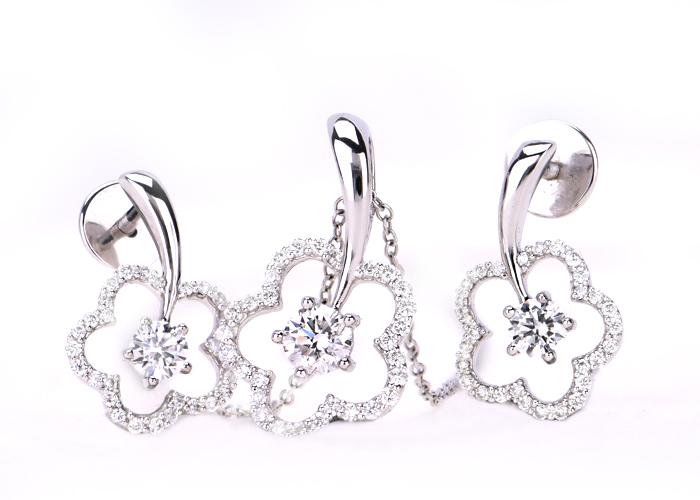 Diamond pendant necklaces